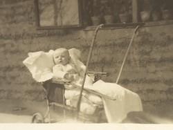 Régi gyerek fotó vintage mini fénykép babakocsi kép 1952