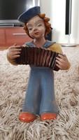 H Rahmer Mária 22 cm magas, tangóharmonikázó lány.