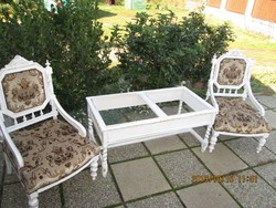 Két  kis  fotel  üveg  asztallal