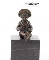 Ülő kisfiú bronzszobor