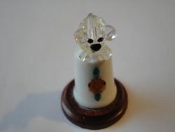 Porcelán  gyűszű, kristály figurával