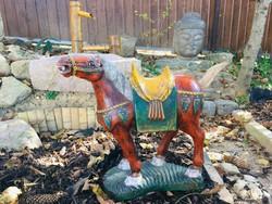 Antik kínai, fából faragott harci ló a Tang dinasztia stílusában.