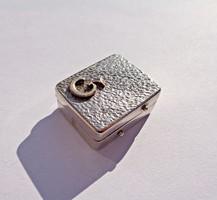 Miniatűr, fémjel nélküli dobozka