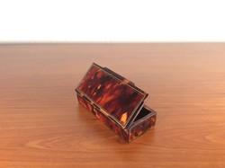 19. századi tubákos doboz a boulle bútoroknál használt alapanyagból.
