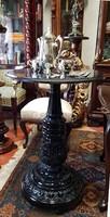 Restaurált antik zongora fekete posztamens, körasztal