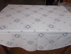 Szépséges régi hófehér kerek damaszt asztalterítő kézi hímzéssel