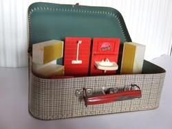 Régi, retró baba bútorok, babaházi kellékek, játék fürdőszoba berendezések eladóak papír bőröndben
