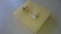 Arany 14 karátos kis fülbevaló akvamarinszinű kis kövekkel díszítve.