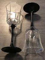 Két fekete talpas pezsgős pohár