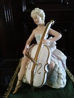 Nagybőgőn játszó porcelán balerina