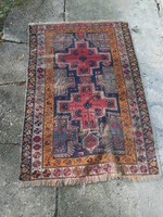 Antik kézi csomózású szőnyeg. Különleges mintával.