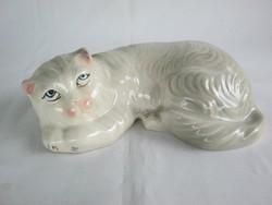 Lustálkodó porcelán cica macska