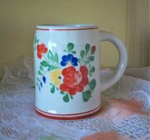 Népi kézi festett  virágos korsó