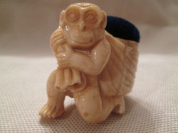 Csontból készült majmot ábrázoló tűpárna