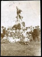 Isaszeg Honvéd-emlékmű és vidám társaság 1910-ből