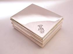 Fabetétes ezüst doboz.