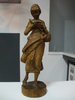 Olvasó asszony faragott szobor