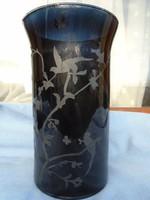 Francia nagyon finom üvegből készült váza, melyen gyönyörű gravírozás látható  20 cm