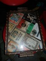 30x40 centi környékén fatálca, fogós, üveglappal, alatta boros címkékkel