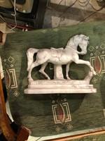 Márvány ló szobor, gyönyörű ábrázolás, 25 cm-es, ajándéknak.