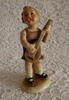 Bertram mandolinon játszó kisfiú