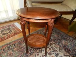 Gyönyörű faragott fa asztalka