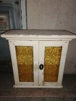 Üveges ajtókkal fehér fenyő polcos fali szekrény