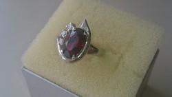 Ezüst gyűrű mélybordò kővel és cirkonkövekkel diszitve 925