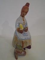 Kovács Margit; kukorica fosztó hölgy kerámia