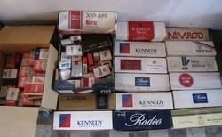 Régi cigarettásdobozok kartonokban, vagy anélkül