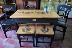 Festett fenyő népi asztal székekkel