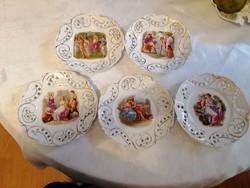 Áttört, arannyal díszített, A. Kaufmann festményeinek jeleneteit ábrázoló desszertes tányérok, 5 db