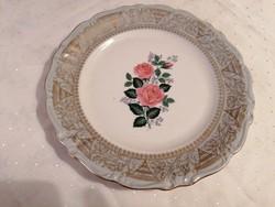 Rózsamintás tányér, 25 cm átmérővel, szélén részletgazdag, aranyozott kidolgozással.