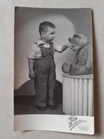 Régi gyerekfotó 1955 kisfiú mackóval vintage fénykép