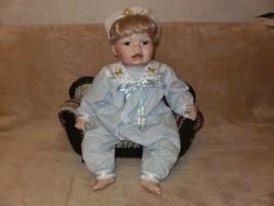 Porcelánbaba fotellal .