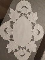 Szépséges riseliő hímzett fehér asztalközép, terítő