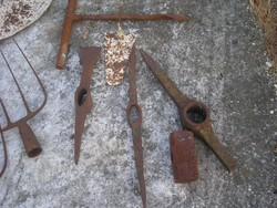 EM6 Régi csákányok 3 db ,vasvilla 1 db ,nagy 3 kg-os kalapácsfej egyben eladóak