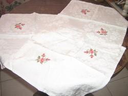 Csodaszép kézzel hímzett rózsás damaszt szalvéta