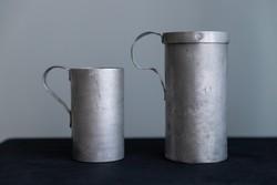 2 db alumínium mérő bögre, fél literes, literes, jelzésekkel