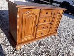 Eladó egy szép tölgy kis komód. Bútor jó állapotú. Méretei: 104cm x 43cm x 65cm magas. Van még egy u