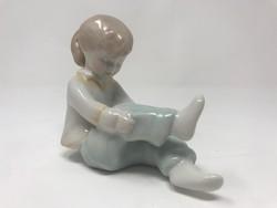 Aquimcum porcelán figura, öltözködő kislány
