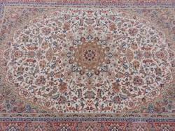 Perzsa szőnyeg  sűrű mintázatú,vastag. Szakadás mentes, fotók szerinti állapotban.