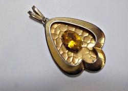 Régi aranyozott medál sárga csiszolt üvegkővel
