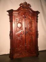 Dúsan faragott,frissen felújított antik szekrény!