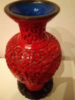 Kínai cinóber faragott vöröslakk váza kék belsővel különálló faragott talppal