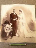 Eladó a menyasszony vőlegénnyel. Fotó műtermi fénykép esküvő -i.  Mennyasszony pár