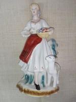 Román porcelán figura, népviseletes nő gyümölcstállal és báránnyal