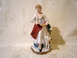Gyönyörű nő virágkosárral és báránnyal 23 cm magas Fine porcelán
