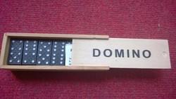 Új-dominó fa dobozban