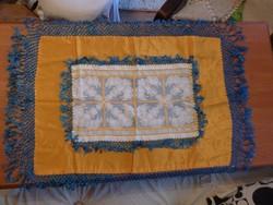 Sárga- kék,  rojtos kézimunka -  asztal közép